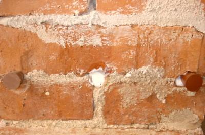 Pás injektážních otvoru zaplněných injektážním krémem IK 80